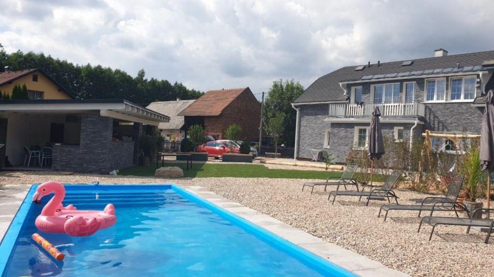 pohled od bazénu