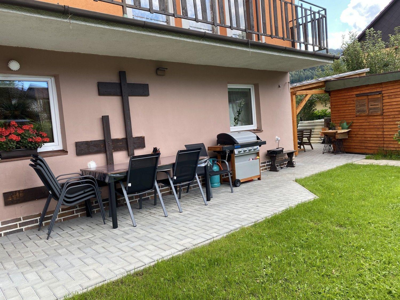 Posezení na terase u domu